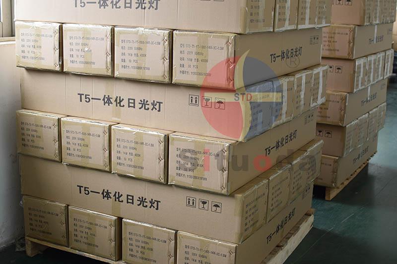 LED T5一体化乐投网址生产中